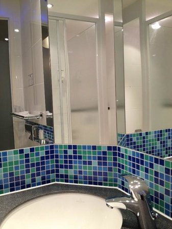 Holiday Inn Express Stuttgart Airport: Bathroom