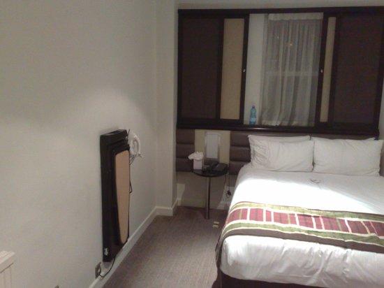 Corus Hotel Hyde Park London: vue de la chambre