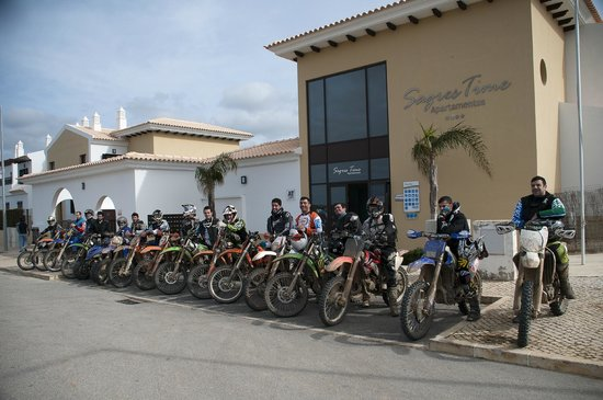 Sagres Time Apartamentos :                   The group in front of the apartments