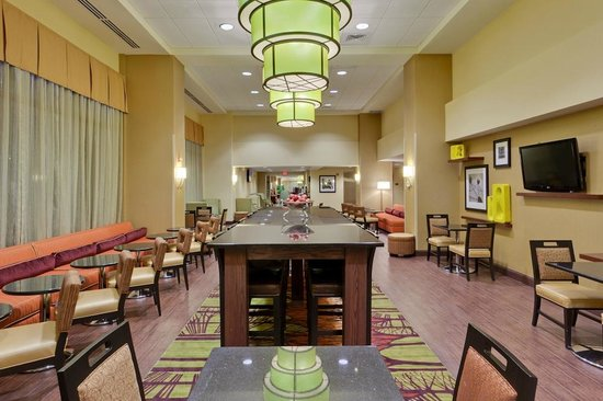 Hampton Inn & Suites Alexandria Old Town Area South : Enjoy your breakfast in our spacious breakfast area