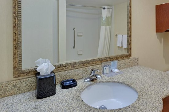 Hampton Inn & Suites Alexandria Old Town Area South : Spacious Bathrooms