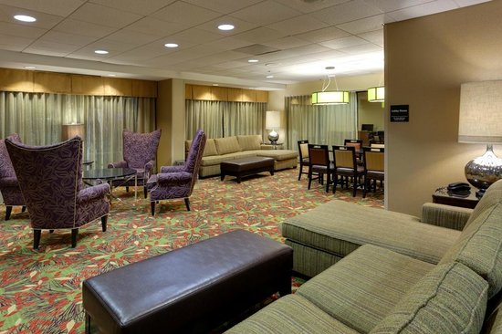 Hampton Inn & Suites Alexandria Old Town Area South : Make yourself at home in our lobby