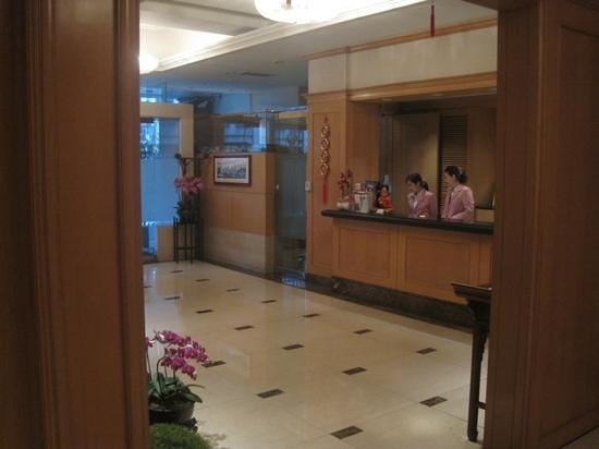 Dong Wu Hotel: front desk