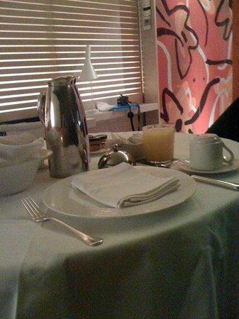 Silken Puerta America:                   Desayuno en la habitacion. Puntual y delicioso
