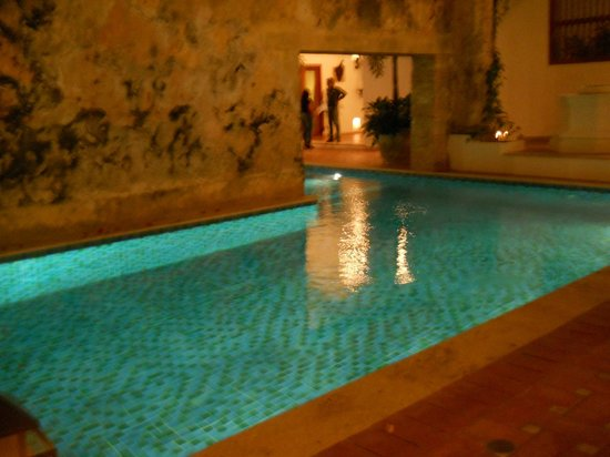 Hotel Casa San Agustin:                   La bellísima piscina enmarcada por un imponente muro del S XVI.