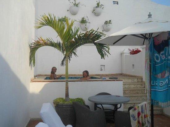 Hotel Casa San Agustin:                   Mis hijas en el Jacuzzi en una de las terrazas privadas de la Suite del Virrey