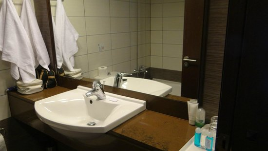 Livadhiotis City Hotel: Bathroom