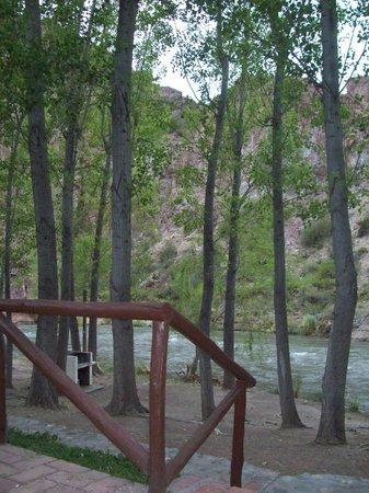 Complejo Rio Azul:                   Por las escaleras a un costado de las cabañas se desciende a las parrillas, al