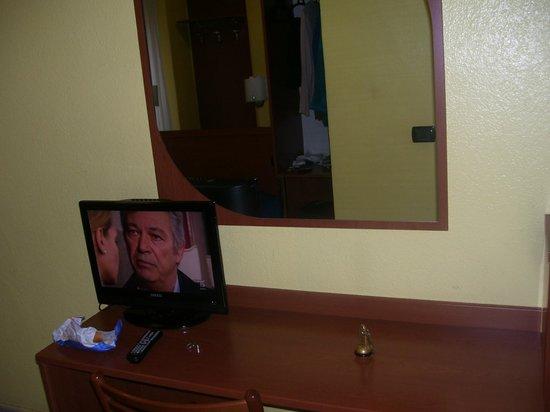 Hotel Aurora :                   TV y alrededores