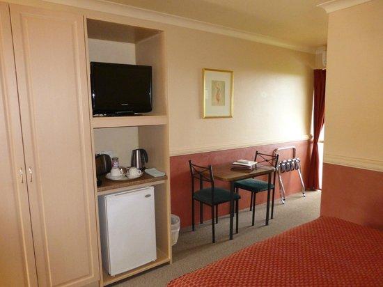 Milton Village Motel: Flat screen Tv, fridge and kettle