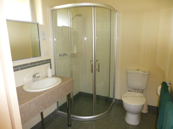 Milton Village Motel: Good sized bathroom and shower