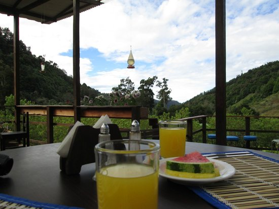 El Manantial Mountain Lodge:                   outside deck for breakfast