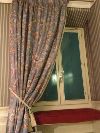 Hotel Stendhal: Window that shuts out light