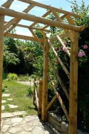Somerset Bed and Breakfast: Rose Arch to Guests' Garden