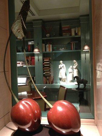 Hotel Stendhal: Lobby art