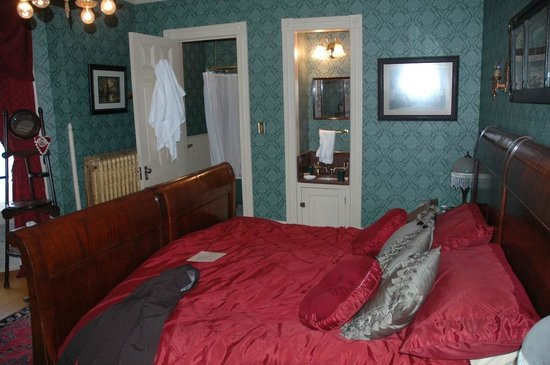 Roberts Mansion Inn & Events:                   Our room