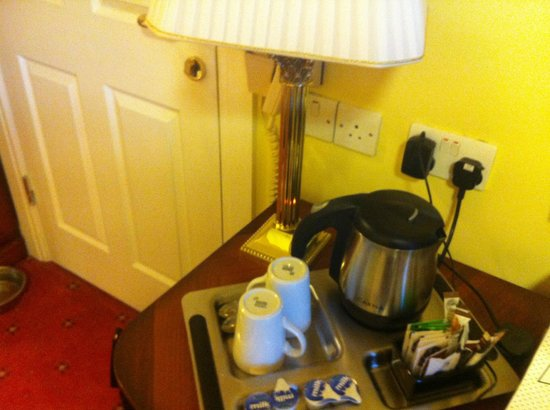 Dromhall Hotel: 3rd floor room - tea and coffee maker