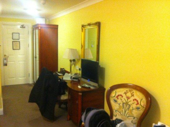Dromhall Hotel: hallway