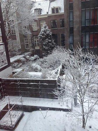 Andaz Amsterdam Prinsengracht:                   Garden view - snow