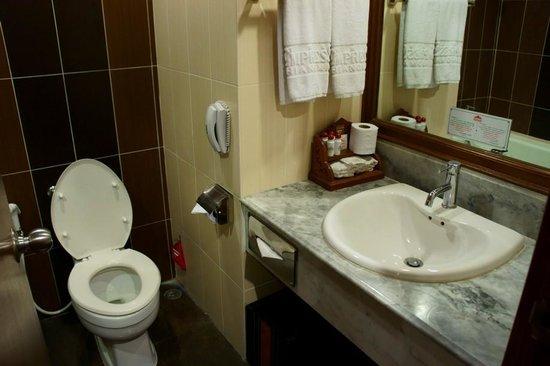 Empress Hotel: Toilette mit Waschbecken