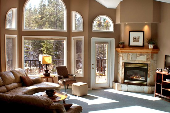 Marble Canyon & The Residences at Fairmont Ridge: A sun filled livingroom.
