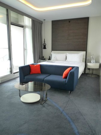 Le Meridien Hotel: The bed and sitting area