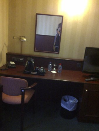 Holiday Inn Brussels Schuman: mesa de trabajo