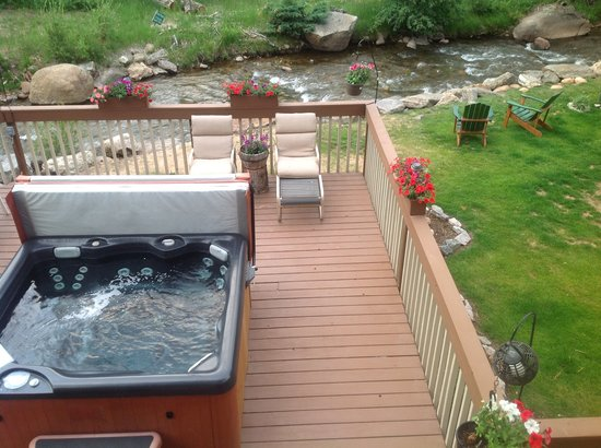 4 Seasons Inn on Fall River: Front deck Hot Tub