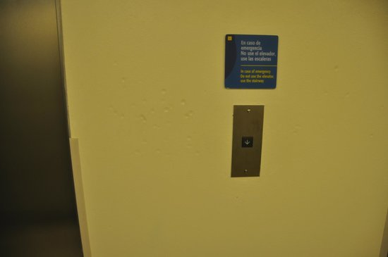 City Express Poza Rica: Dents in the wall near elevator