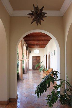 Alba del Castillo: Por uno de sus hermosos pasillos