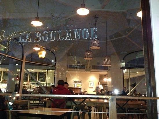 La Boulange:                   dinning room at night