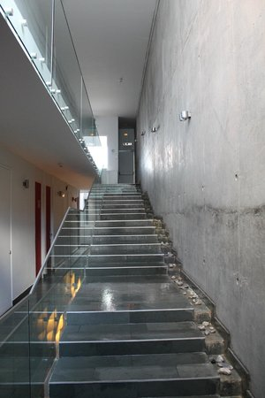 Natalino Hotel Patagonia: escalera del hotel con cascada en costado