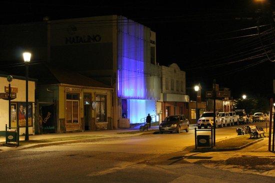 Natalino Hotel Patagonia: vista del hotel de noche