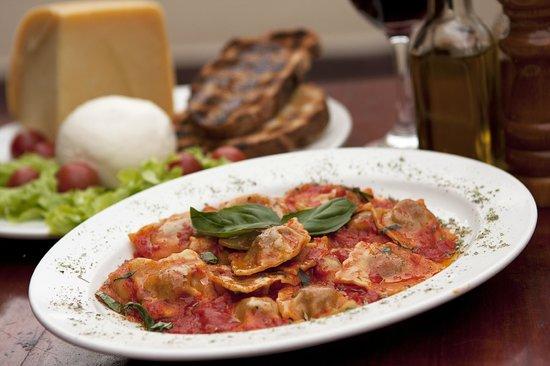 Cosa Nostra Trattoria Pizzeria : Ravioli di ricotta e spinaci al pomodoro