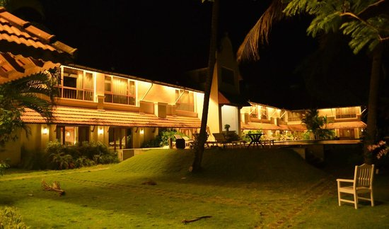 Lemon Tree Vembanad Lake Resort:                   the hotel at night