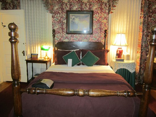 Walnut Street Inn:                   Bedroom