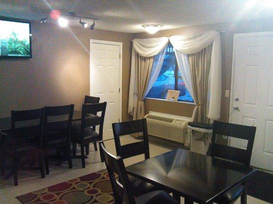 Days Inn Auburn: Breakfast Area