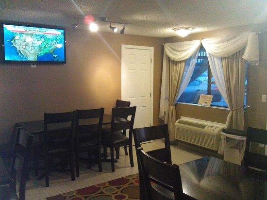 Days Inn Auburn: Breakfast TV Area
