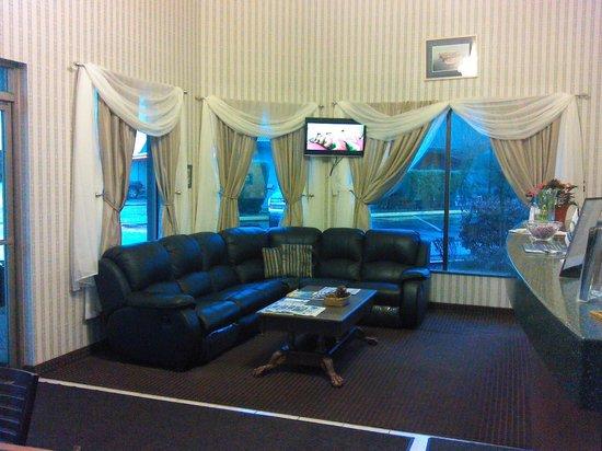 Days Inn Auburn: Front Lobby