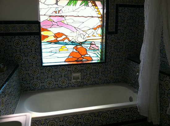 ‪‪Condesa Haus‬:                   Stained glass window in Puebla bathroom