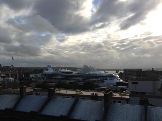 Sydney Harbour YHA:                   sicht von Dachterasse mit Kreuzfahrtschift