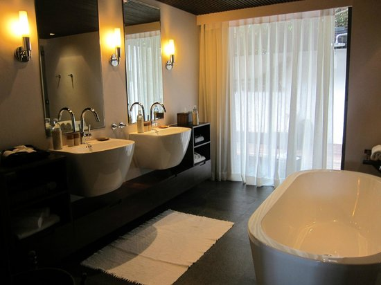 Abaca Boutique Resort: spacious clean bathroom