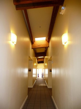 Waters Edge Hotel : Upper hallway