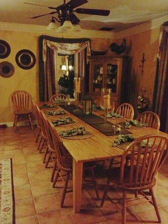 Cali Cochitta Bed & Breakfast:                   Dining room