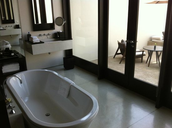 Amansara: bathroom area