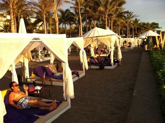 W Retreat & Spa Bali - Seminyak:                   sunset @beach side