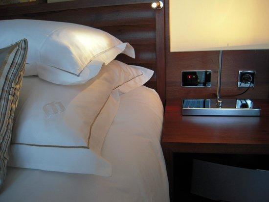จูเมราห์ แฟรงค์เฟิร์ต โฮเต็ล: une chambre très bien équipée: la commande centralisée des lumières et rideaux