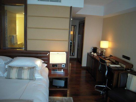 Jumeirah Frankfurt: une salle de bains semi-ouverte sur la chambre