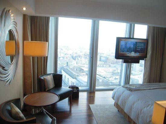 Jumeirah Frankfurt: une chambre très lumineuse grâce à ses baies vitrées