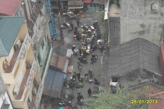 Hanoi View 2 Hotel :                   View of market from balcony